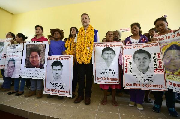 Jan Jarab (C) posa junto a la familia y parientes de los estudiantes de Ayotzinapa.(AP)