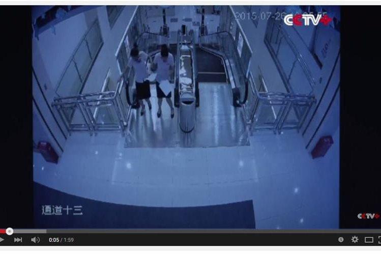 <em>Las imágenes evidenciaron que las mujeres sabían de la falla de las escaleras. (Foto Prensa Libre: captura YouTube).</em>