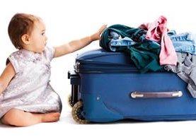 Hay que hacer una lista de los artículos imprescindibles cuando se viaja con el bebé. (Foto Prensa Libre: Huffington Post).