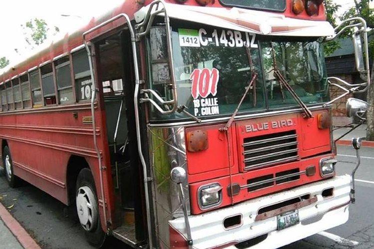 Autobús en el que ocurrió el ataque, en la 10a avenida y 19 calle de la zona 1. (Foto Prensa Libre: Estuardo Paredes)