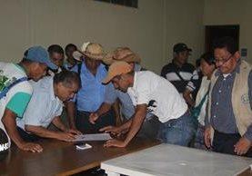 Pobladores se reunieron con autoridades de Conap y firmaron un acta, en las instalaciones del Consejo Departamental de Desarrollo. (Foto Prensa Libre: Ángel Tax).