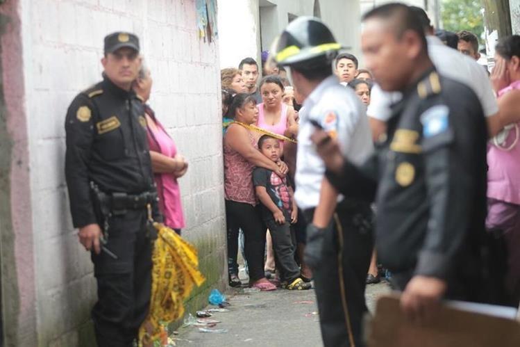 La policía acordonan el área, mientras familiares y vecinos se acercan a conocer detalles del ataque armado, en la colonia El Amparo, zona 7. (Foto Prensa Libre: Erick Ávila)