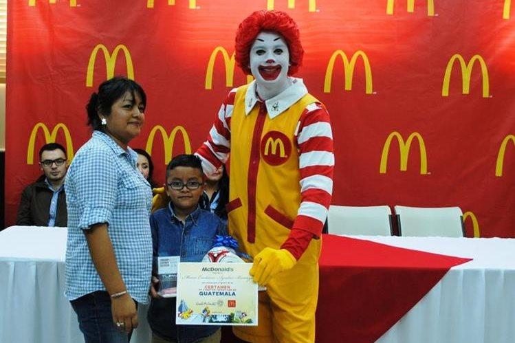 Uno de los pequeños escritores recibe sus premios. (Foto Prensa Libre, cortesía McDonald's)