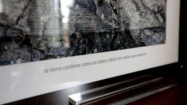 """""""La tierra contiene como un útero los huesos que esperan"""", se lee en uno de los cuadros de las oficinas del EAAF. BBC MUNDO"""