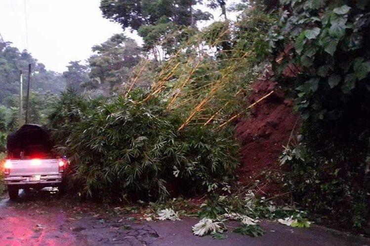 Un picop intenta pasar a pesar del derrumbe en la carretera entre Santo Tomás La Unión y San Pablo Jocopilas, Suchitepéquez. (Foto Prensa Libre: Cristian Icó Soto)