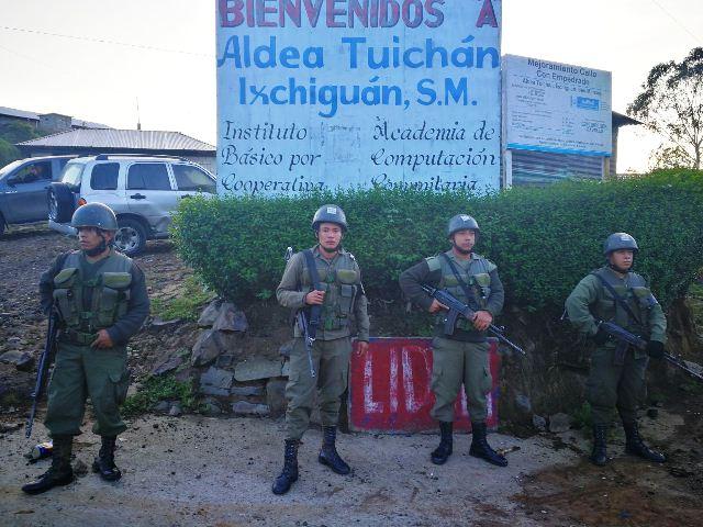 Soldados ingresan a comunidades en conflicto. (Foto Prensa Libre: Estuardo Paredes/enviado especial)
