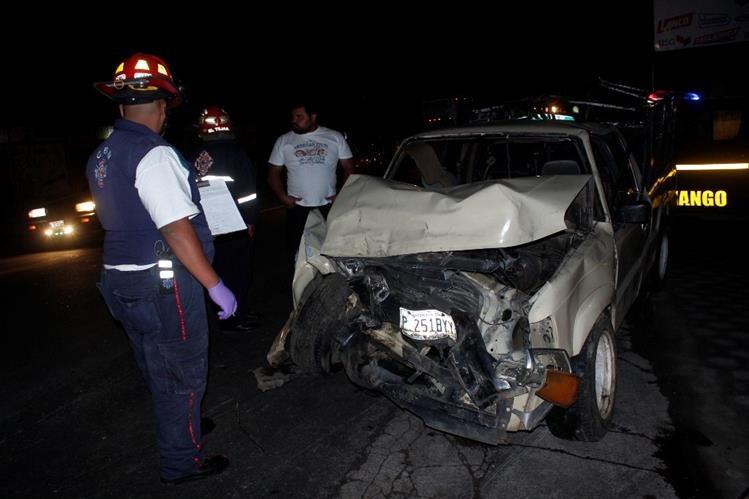 Socorristas inspeccionan uno de los dos picops que colisionaron en le ruta Interamericana, en Chimaltenango. (Foto Prensa Libre: Víctor Chamalé)