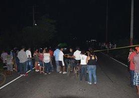 Vecinos de Masagua, Escuintla, alarmados por ataque armado contra una familia. (Foto Prensa Libre: Carlos E. Paredes)