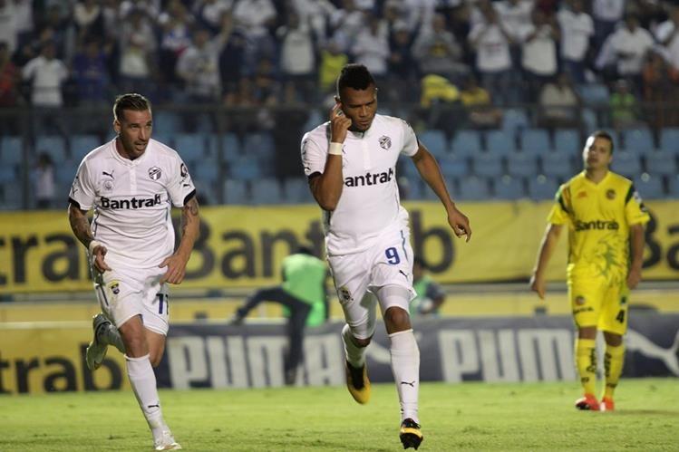 Rolando Blackburn festeja después de anotar el gol del triunfo. (Foto Prensa Libre: Jesús Cuque)