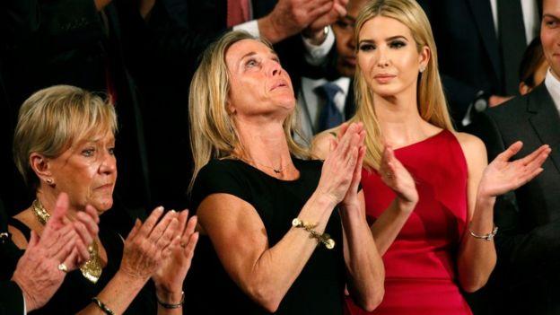 El presidente Trump pidió un aplauso para Carryn Owens, la viuda del marine William Owens, fallecido en una operación militar en Yemen en enero. (REUTERS).
