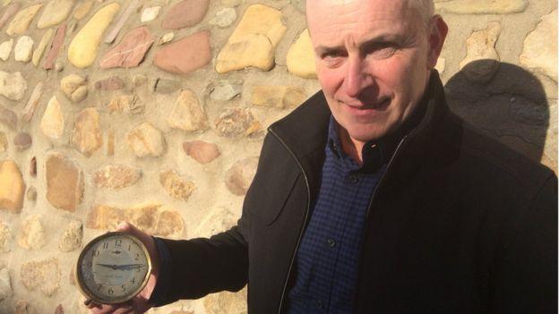 Mike Flynn sostiene un reloj que su padre, uno de los rescatistas en Aberfan, desenterró y que se detuvo a las 09:13.