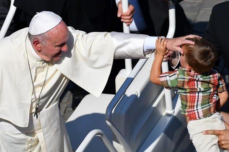 El Papa bendice a un niño en la Plaza San Pedro del Vaticano. (Foto Prensa Libre: EFE).