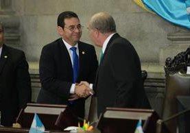 Presidentes Jimmy Morales y Mario Taracena se saludan al inicio de la sesión solemne. (Foto Prensa Libre: Estuardo Paredes)