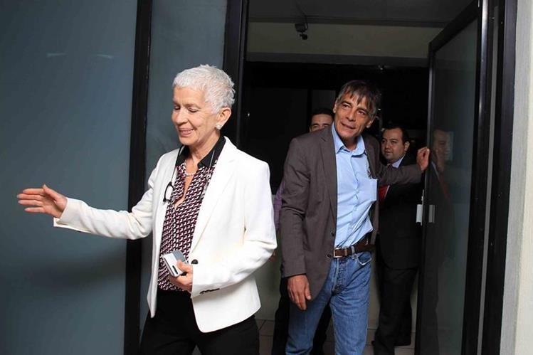La presidenta del Comité Normalizador de la Fedefut, Adela de Torrebiarte junto a Primo Carvaro, emisario de Fifa. (Foto Prensa Libre: Carlos Vicente)