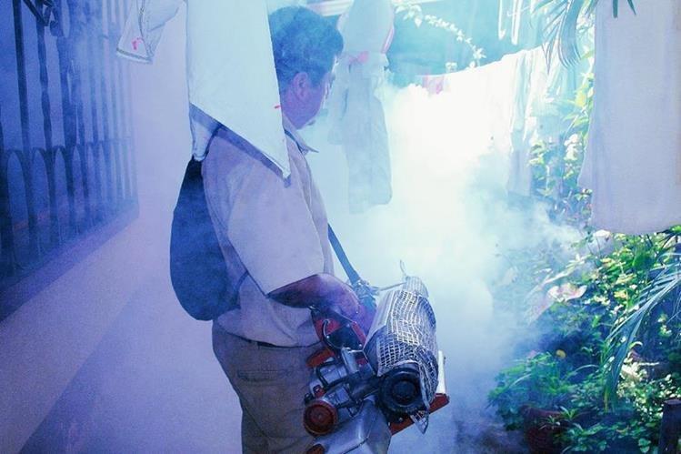 Personal del área de vectores fumiga en un sector de Coatepeque, Quetzaltenango, para contrarrestar el zancudo transmisor del dengue y chikungunya. (Foto Prensa Libre: Édgar Octavio Girón)