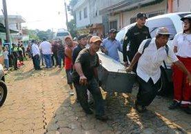 El cuerpo de Mynor Juan Cinto Velásquez es trasladado luego de que fue rescatado de una zanja donde quedó soterrado, en Coatepeque, Quetzaltenango. (Foto Prensa Libre: Rolando Miranda)