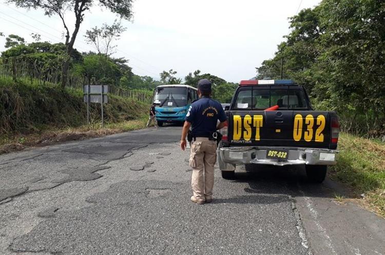 Agentes de la Disetur brindan seguridad en las carreteras de Sololá. (Foto Prensa Libre: Ángel Julajuj)