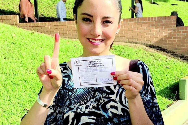 La cantante guatemalteca Kim Lou votó desde temprano (Foto: Cortesía de Kim Lou).