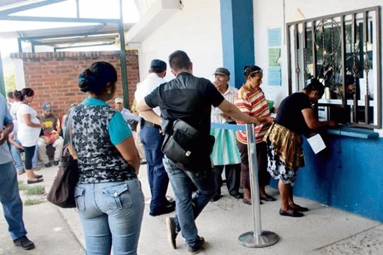 Pacientes del   IGSS en Jutiapa deben esperar hasta tres horas para recibir   medicamentos.