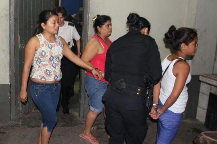 Tres mujeres capturadas en el barrio El Centro, Gualán, ZAcapa. (Foto Prensa Libre: PNC)