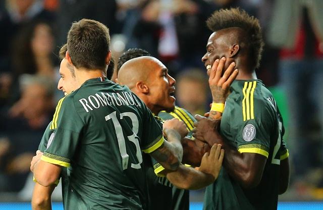 Mario Balotelli celebra su gol que marcó al Udinese, en la Serie A. (Foto Prensa Libre: AP)