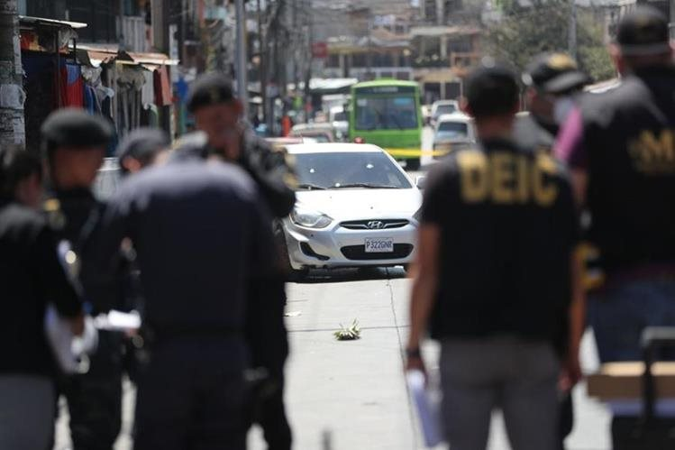Un vehículo resultó con daños durante una taque armado en la colonia Villalobos, zona 12 de Villa Nueva. (Foto Prensa Libre: Érick Ávila)