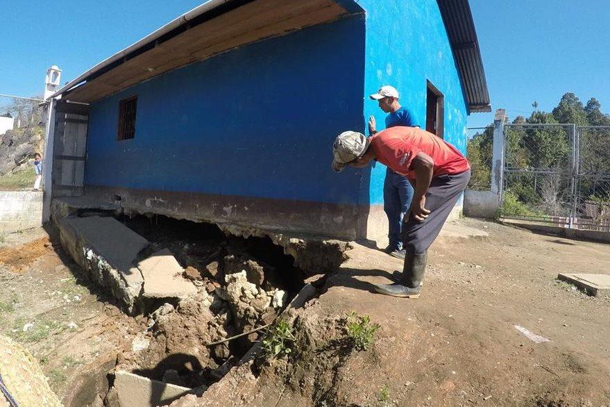 Estructura tiene daños en el cimiento debido al agujero. (Foto Prensa Libre: Eduardo Sam).