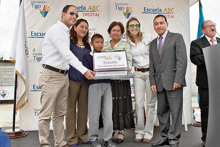 Autoridades educativas y representantes de la Fundación Tigo, junto a Jorge Pérez, durante la inauguración de escuela.