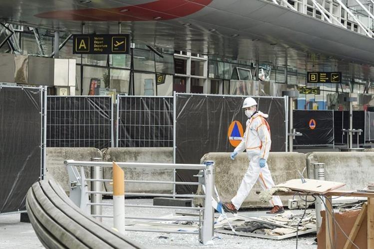 Miembros de la policía y de los servicios especiales trabajan en el lugar donde se produjo el primer atentado en el aeropuerto de Zaventemen Bruselas. (Foto Prensa Libre: EFE).