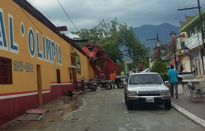 Tribuna del estadio municipal de Jocotán, Chiquimula, tienen daños. (Foto Prensa Libre: Edwin Paxtor)