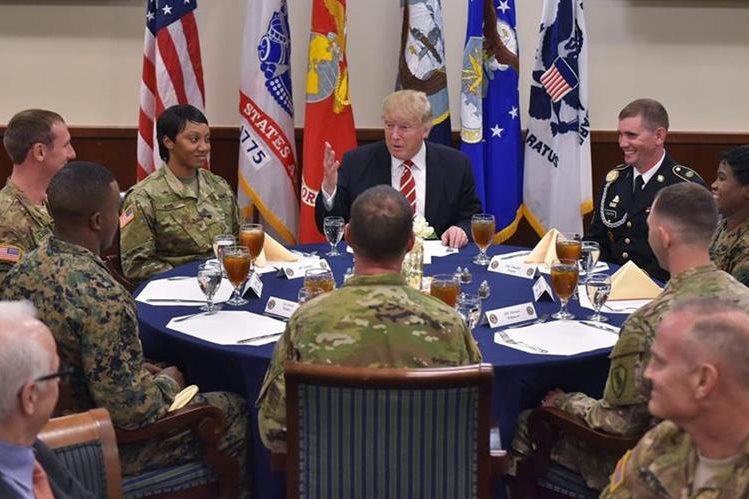 Trump almuerza con la tropa durante una visita al Comando Central en la Base Aérea de MacDill. (AFP).