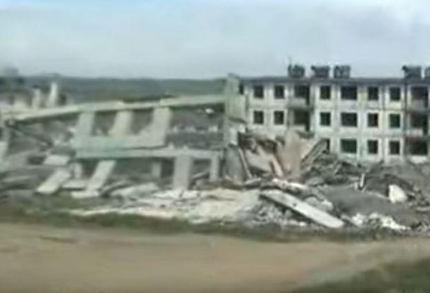 Uno de los edificios aparece destrozado en las imágenes después de la detonación, pero el que está a un costado sigue en pie. CANAL 1