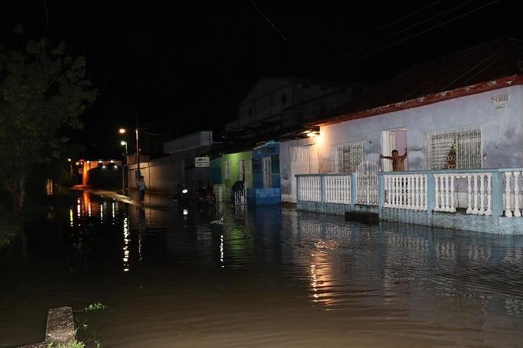 Alrededor de 500 metros de la calle principal de San Benito, en barrio La Ermita se inundó afectando varios comercios y viviendas. Foto Prensa Libre: Rigoberto Escobar.