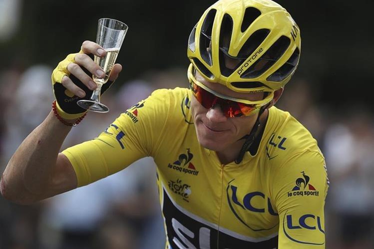 Froome festejó al cruzar la meta de la última etapa del Tour de Francia. (Foto Prensa Libre: EFE)