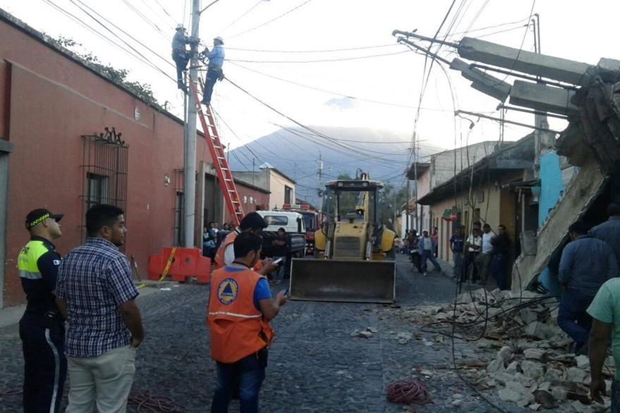 Máquina se dispone a retirar restos de la estructura que colapsó. (Foto Prensa Libre: Rosendo Morales).