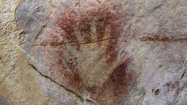 """Una """"mano en negativo"""" en las paredes de la cueva de El Castillo, en España. D. VON PETZINGER"""