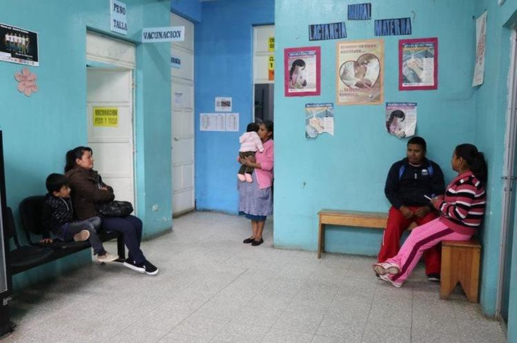 Unos 300 pacientes son atendidos a diario en el Centro de Salud. (Foto Prensa Libre: Whitmer Barrera)
