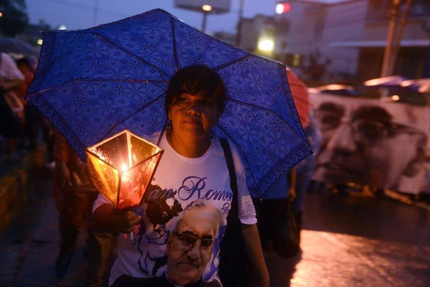 Anoche, miles de fieles participaron en la vigila por monseñor Romero. (Foto Prensa Libre: AFP).
