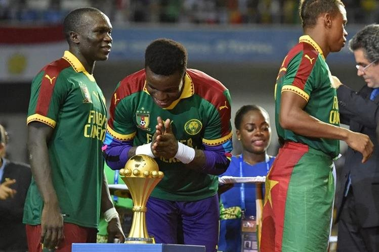 El portero Fabrice Ondoa celebra después de derrotar a Egipto en la final de la Copa de Africa. (Foto Prensa Libre: AFP)