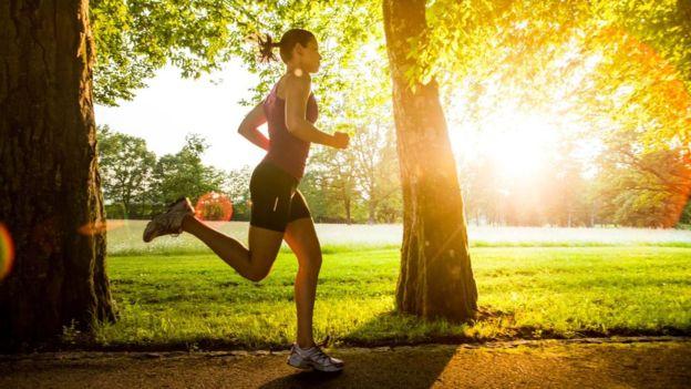 La selección de los zapatos para correr es clave para evitar problemas a la hora de correr con regularidad. (Getty)