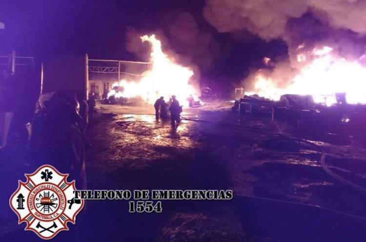 Incendio en recicladora en ruta al Pacífico.(Foto Prensa Libre: Bomberos Municipales Departamentales)