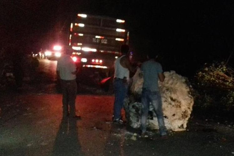 Derrumbe en el kilómetro 368 de la ruta a Petén dificulta el paso de San Luis a Río Dulce, Izabal. (Foto Prensa Libre: Conred)