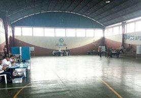 Escasa afluencia de votantes en el centro electoral instalado en el Gimnasio Municipal de Fraijanes, Guatemala. (Foto Prensa Libre: Estuardo Paredes)