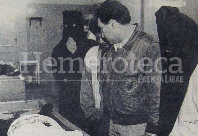El Procurador de los Derechos Humanos Ramiro de León Carpio y miembros del comité de Huelga de Dolores observan el cadáver de Cu Quim en la morgue del Organismo Judicial el 10 de abril de 1992. (Foto: Hemeroteca PL)
