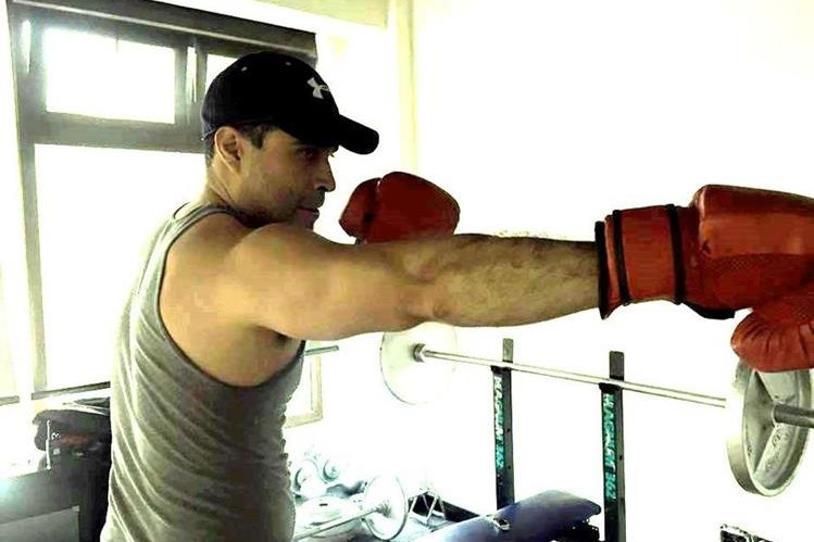 El alcalde de Mixco, Neto Bran, practica boxeo y publica imágenes de la sesión de ejercicios en su cuenta de Facebook. (Foto Prensa Libre: Facebook)