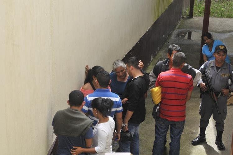 Los sindicados son custodiados por agentes del Sistema Penitenciario, mientras conversan con familiares en juzgado de Cuilapa, Santa Rosa. (Foto Prensa Libre: Oswaldo Cardona)