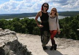 Las tatuadoras Cervena Fox y Megan Massacre, durante su visita a Tikal, en Flores, Petén. (Foto Prensa Libre: Rigoberto Escobar)
