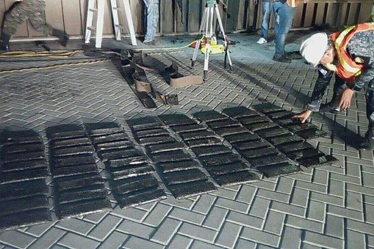 Los paquetes de cocaína estaban escondidos en compartimiento en un contenedor proveniente de Panamá. (Foto Prensa Libre: PNC)