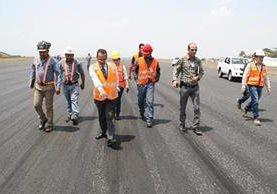 En junio empezarán los trabajos para la reparación de la pista del Aeropuerto Internacional la Aurora. (Foto Prensa Libre: Hemeroteca PL)