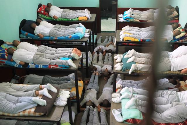 UN grupo está en un espacio más pequeño, con  ventilación y luz natural. Si bien hay literas,  no alcanzan y algunos duermen en el piso. (Foto Prensa Libre: Estuardo Paredes)